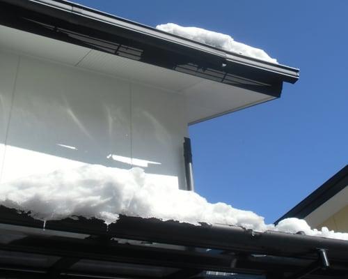 雪で破損した雨樋の補修